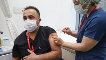 Ankara'da sağlık çalışanlarına ilk koronavirüs aşısı uygulandı