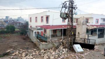 Minare trafonun üzerine devrildi, mahallenin elektrikleri kesildi